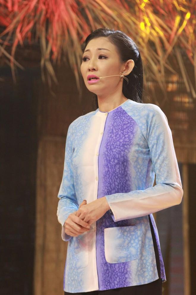 Bạn gái cũ Hoài Linh khóc nức nở trên sóng truyền hình - Ảnh 1.