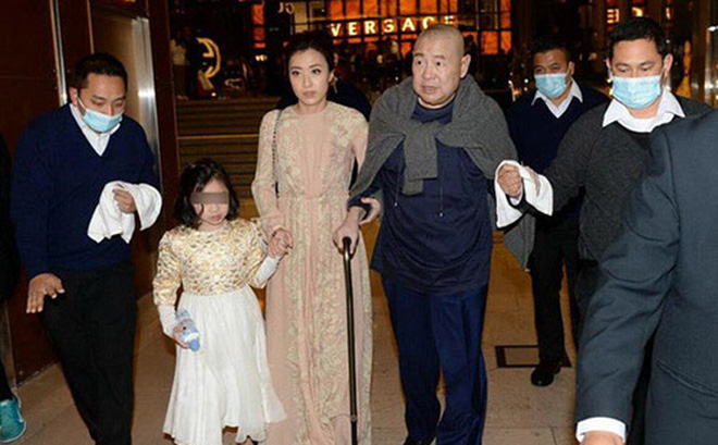 """Tỷ phú Hong Kong chống gậy đưa """"vợ đáng tuổi cháu"""" đi mua sắm"""