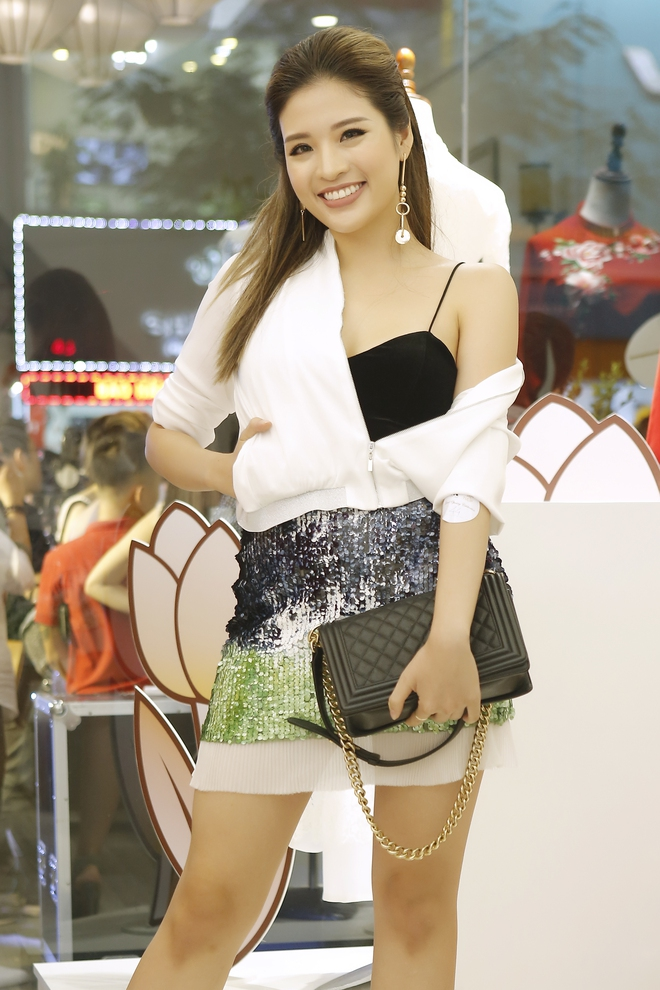 Hoa hậu Kỳ Duyên đẹp nền nã với áo dài trắng tinh khôi - Ảnh 8.