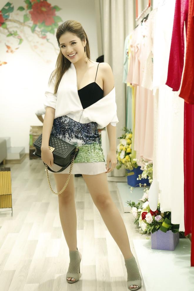 Hoa hậu Kỳ Duyên đẹp nền nã với áo dài trắng tinh khôi - Ảnh 9.