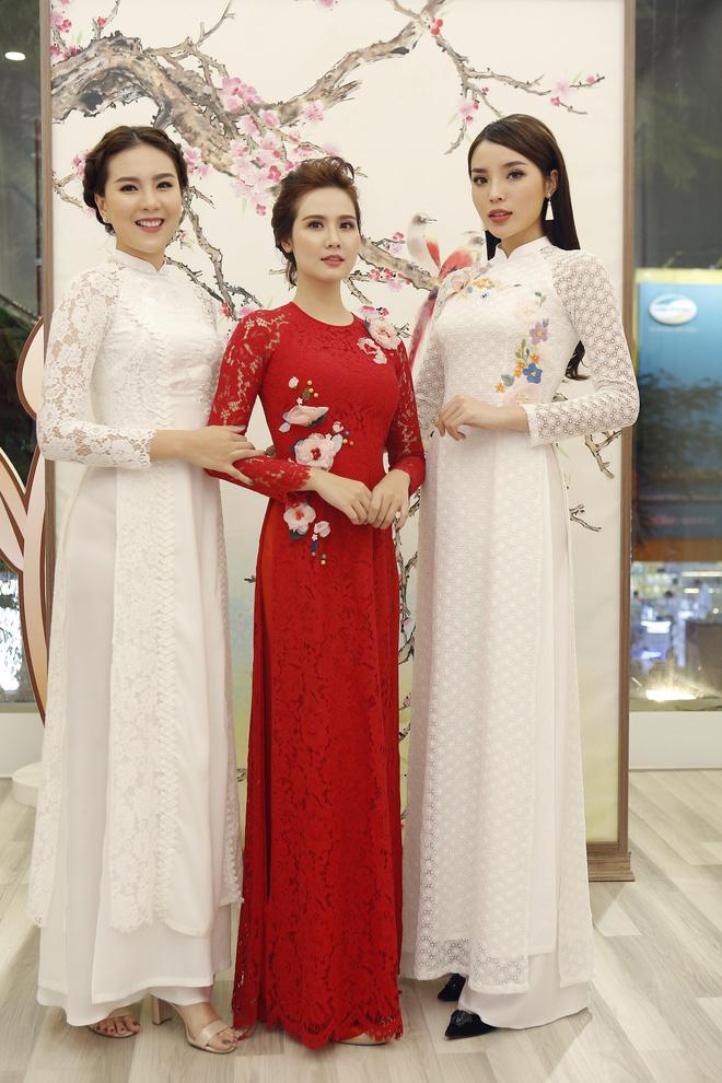 Hoa hậu Kỳ Duyên đẹp nền nã với áo dài trắng tinh khôi - Ảnh 2.