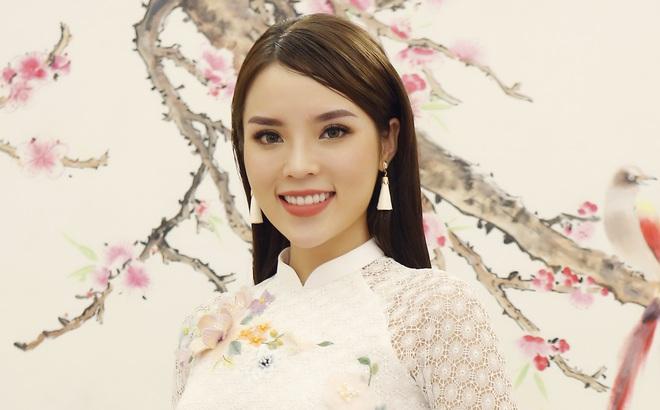Hoa hậu Kỳ Duyên đẹp nền nã với áo dài trắng tinh khôi