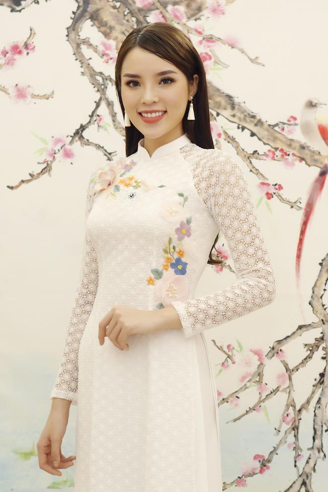 Hoa hậu Kỳ Duyên đẹp nền nã với áo dài trắng tinh khôi - Ảnh 4.