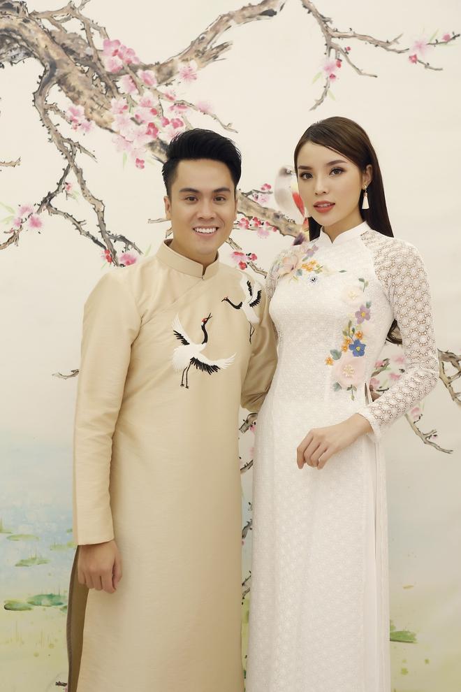 Hoa hậu Kỳ Duyên đẹp nền nã với áo dài trắng tinh khôi - Ảnh 6.