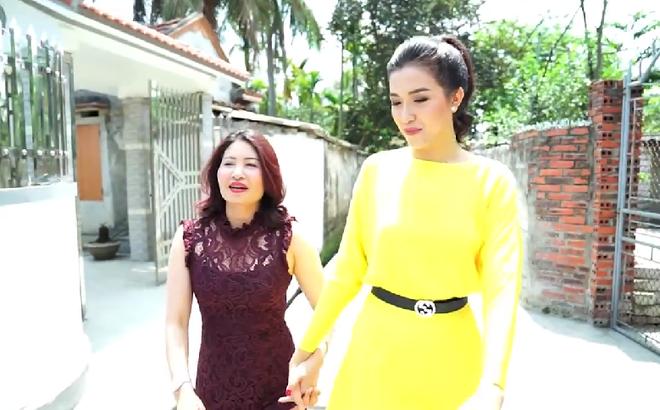 [Video] Á hậu Lệ Hằng âm thầm tìm về nhà Phạm Hương ở Hải Phòng
