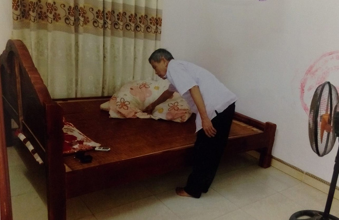 Con trai dìu bố gần 80 tuổi đến tòa xét xử tội hiếp dâm cháu bé 3 tuổi - Ảnh 1.