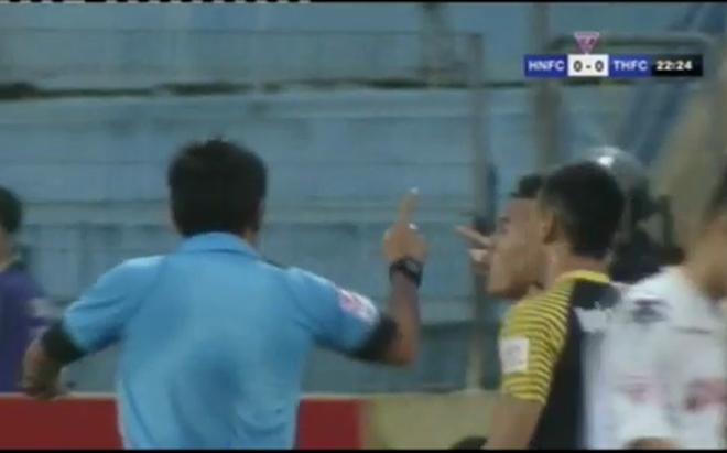 """CLIP: Trọng tài thổi penalty gây tranh cãi trong trận đấu của 2 """"đại gia"""" V-League"""