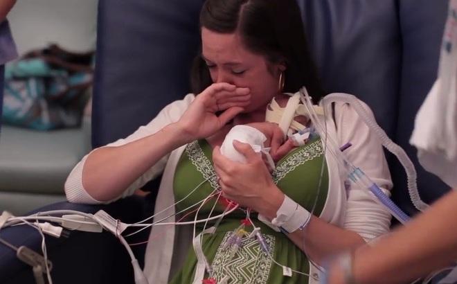 Thai nhi 3 tháng tuổi và sức sống kì diệu khiến triệu người xúc động