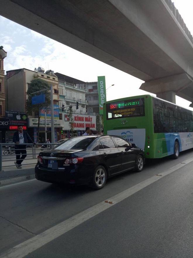 Xe biển xanh đâm trúng xe buýt nhanh ở khu vực đón trả khách - Ảnh 1.