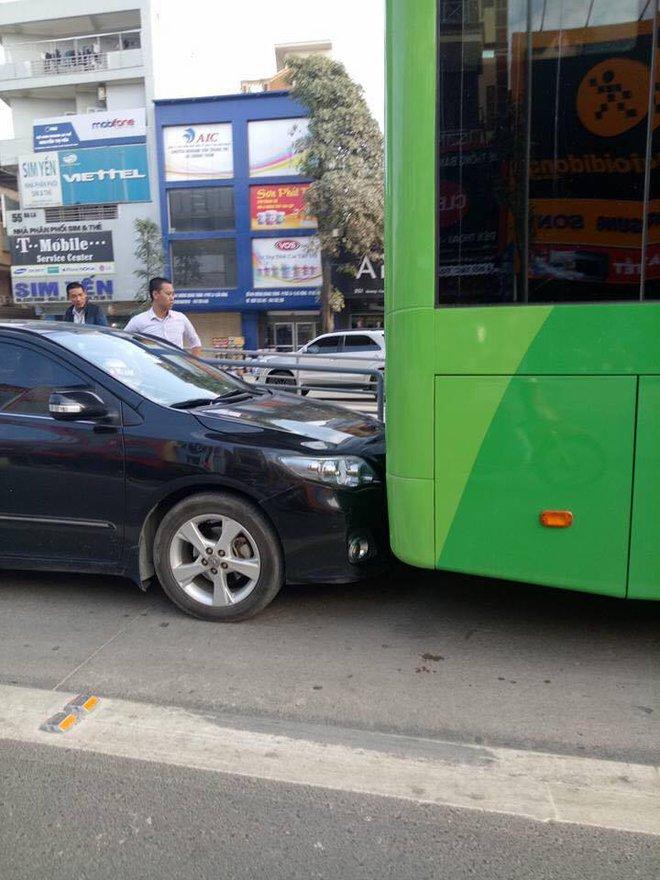 Xe biển xanh đâm trúng xe buýt nhanh ở khu vực đón trả khách - Ảnh 2.