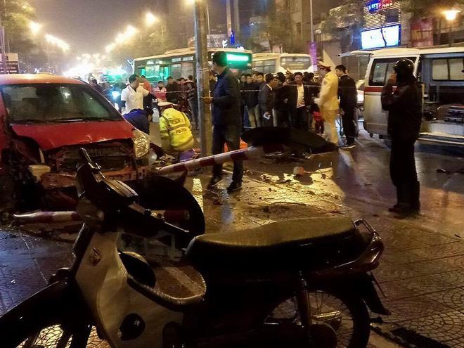 Hà Nội: Ô tô mất lái đâm hàng loạt phương tiện giao thông, 6 người thương vong - Ảnh 2.