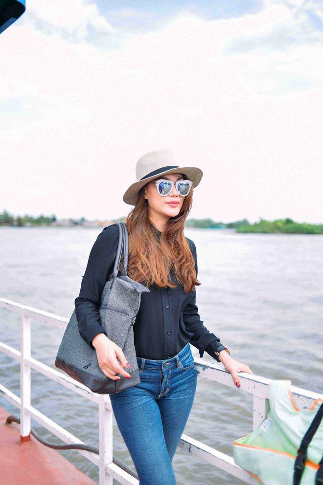 Trương Ngọc Ánh mặc giản dị đi từ thiện - Ảnh 2.