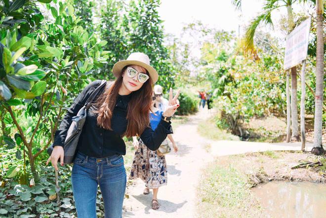 Trương Ngọc Ánh mặc giản dị đi từ thiện - Ảnh 8.