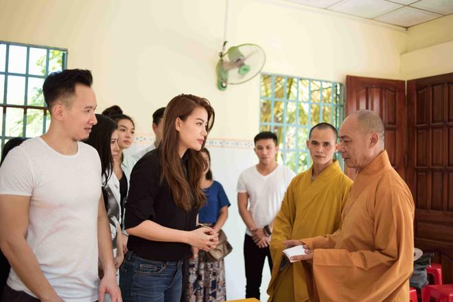 Trương Ngọc Ánh mặc giản dị đi từ thiện - Ảnh 5.