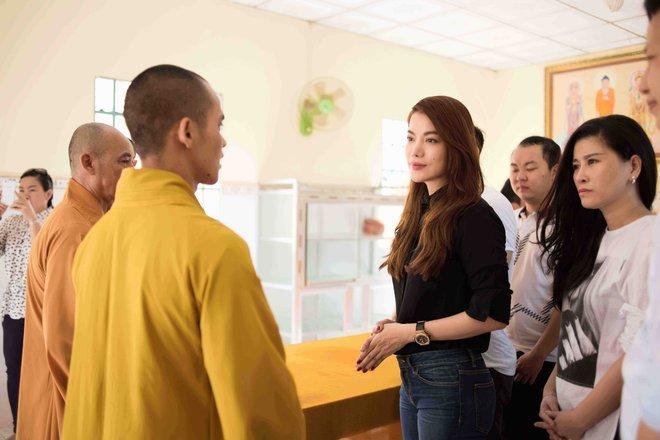 Trương Ngọc Ánh mặc giản dị đi từ thiện - Ảnh 4.
