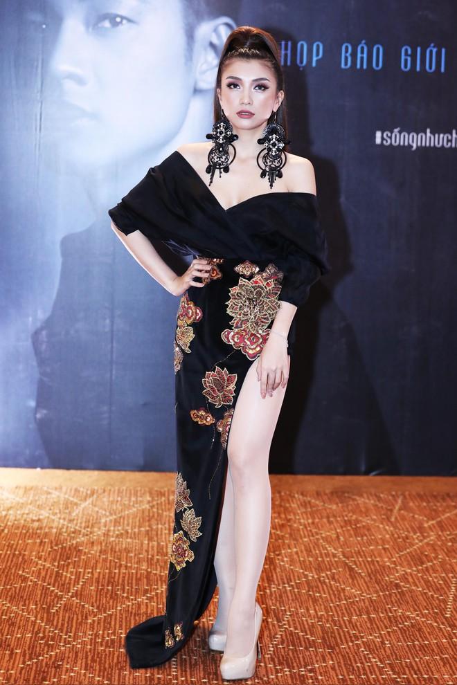 Tiêu Châu Như Quỳnh diện váy xẻ cao đến chúc mừng Đức Tuấn - ảnh 2