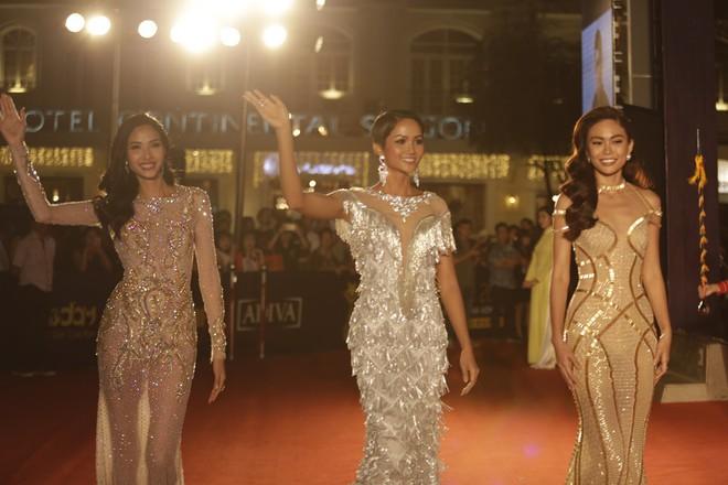 HHen Niê và 2 Á hậu gây chú ý trên thảm đỏ trao giải Ngôi sao xanh 2017 - Ảnh 1.