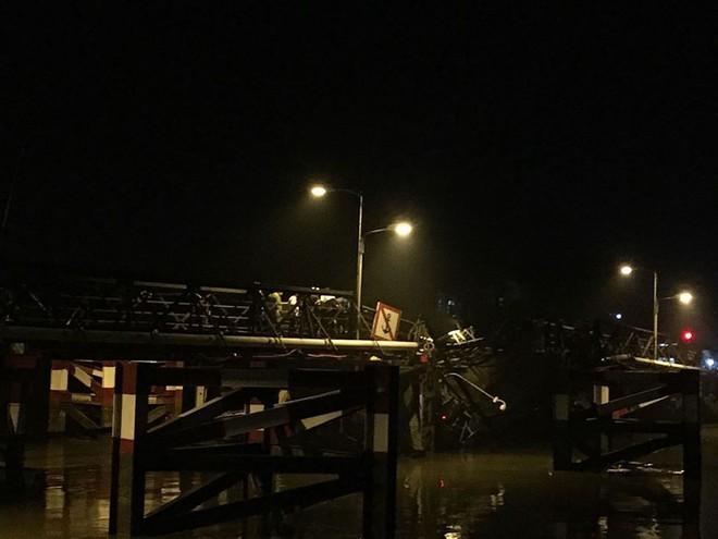 Sập cầu Long Kiển ở Sài Gòn, ô tô tải và nhiều xe máy đang đi rớt xuống sông - Ảnh 2.