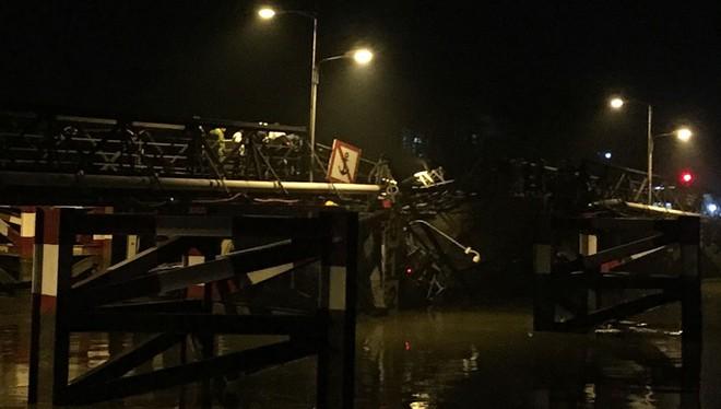 Cận cảnh hiện trường cầu sập khiến ô tô, xe máy rơi xuống sông ở Sài Gòn - Ảnh 2.