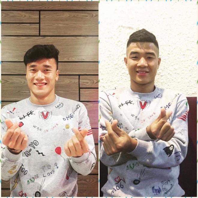 Chiếc áo đôi của Tiến Dũng và Đức Chinh được bán ồ ạt trên mạng, sản phẩm ăn theo U23 VN cũng bắt đầu đắt hàng - Ảnh 1.