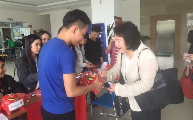Đà Nẵng: Cổ vũ U23 Việt Nam để gây quỹ hỗ trợ vé xe tết cho sinh viên khó khăn