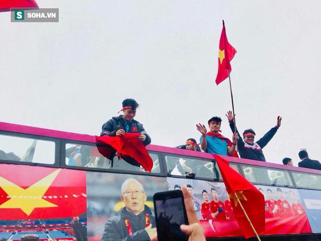 U23 Việt Nam diễu hành trên đường phố, CĐV ùn ùn kéo ra chào đón - Ảnh 9.