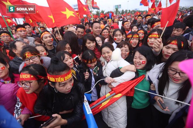 Nội Bài quá chật cho tình yêu của người hâm mộ dành cho U23 Việt Nam - Ảnh 4.