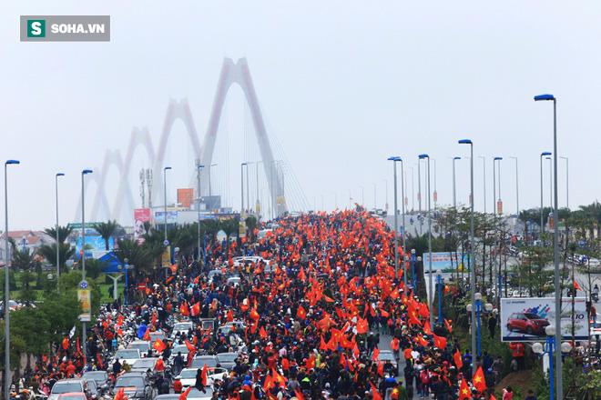 U23 Việt Nam diễu hành trên đường phố, CĐV ùn ùn kéo ra chào đón - Ảnh 2.