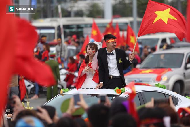 U23 Việt Nam diễu hành trên đường phố, CĐV ùn ùn kéo ra chào đón - Ảnh 5.
