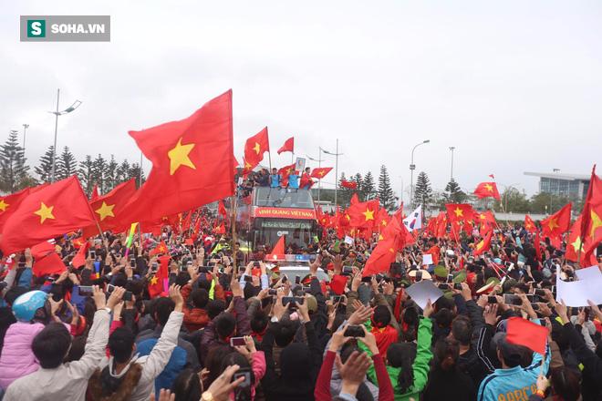 U23 Việt Nam diễu hành trên đường phố, CĐV ùn ùn kéo ra chào đón - Ảnh 8.
