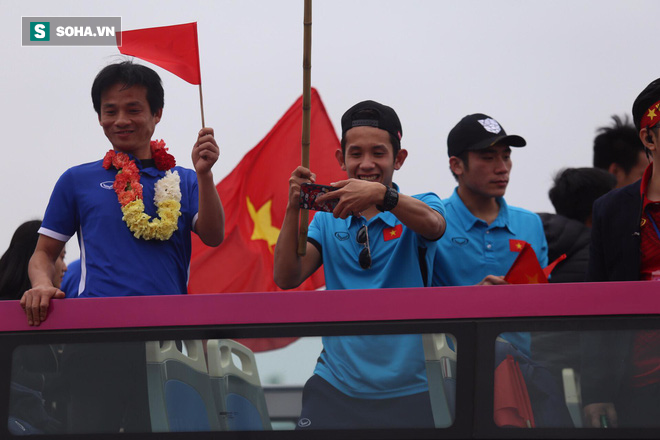 U23 Việt Nam diễu hành trên đường phố, CĐV ùn ùn kéo ra chào đón - Ảnh 7.