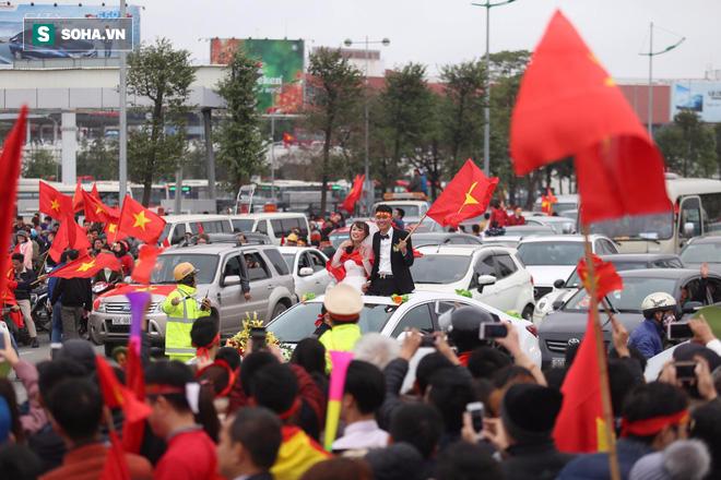 U23 Việt Nam diễu hành trên đường phố, CĐV ùn ùn kéo ra chào đón - Ảnh 4.