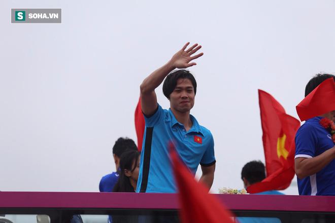 U23 Việt Nam diễu hành trên đường phố, CĐV ùn ùn kéo ra chào đón - Ảnh 6.
