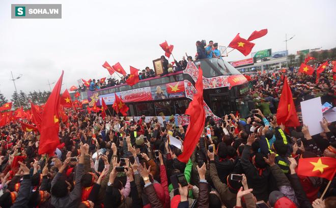 U23 Việt Nam diễu hành trên đường phố, CĐV ùn ùn kéo ra chào đón