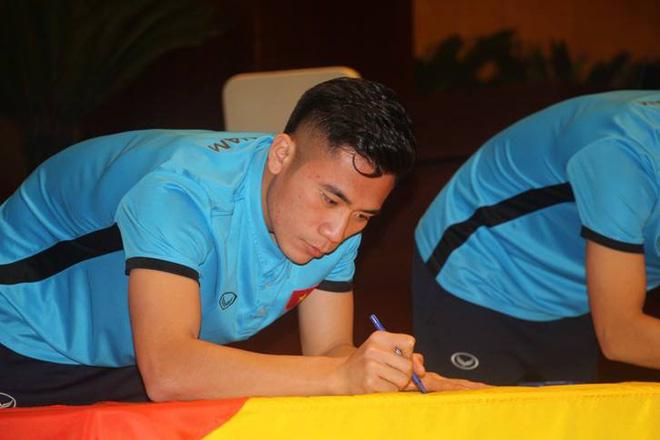 Được đón tiếp tại Quốc hội, đội U23 cùng ký tên lên lá cờ mang từ Lũng Cú về - Ảnh 4.