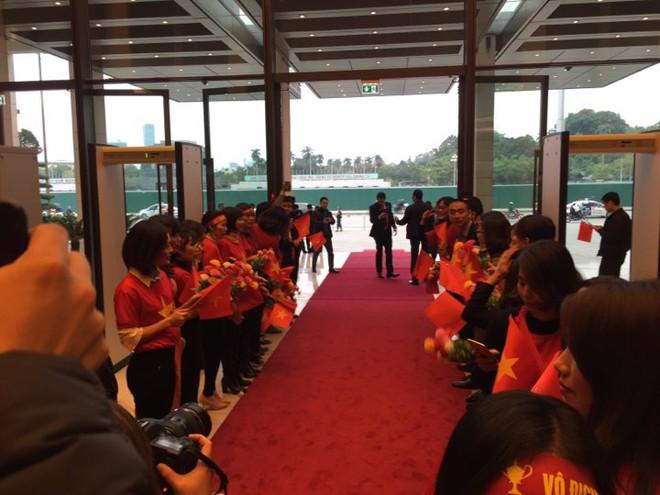 Được đón tiếp tại Quốc hội, đội U23 cùng ký tên lên lá cờ mang từ Lũng Cú về - Ảnh 7.