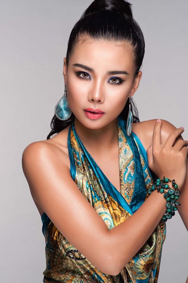 Người mẫu diễn bikini trên máy bay đón cầu thủ U23 Việt Nam nổi tiếng cỡ nào? - Ảnh 3.