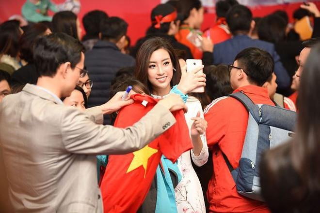 Quang Hải bẽn lẽn khi bị trêu về chiều cao bên Hoa hậu Mỹ Linh - Ảnh 1.