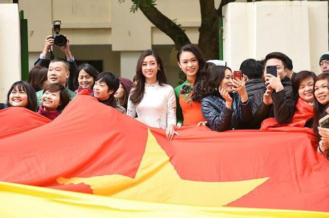 Quang Hải bẽn lẽn khi bị trêu về chiều cao bên Hoa hậu Mỹ Linh - Ảnh 2.