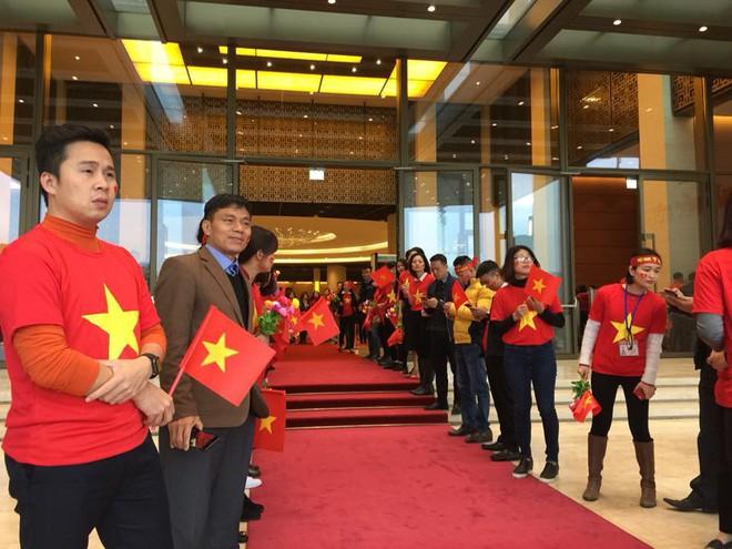 Được đón tiếp tại Quốc hội, đội U23 cùng ký tên lên lá cờ mang từ Lũng Cú về - Ảnh 6.