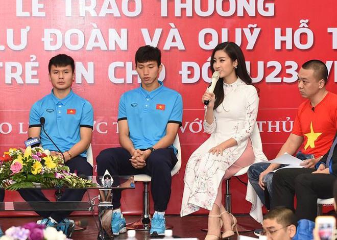Quang Hải bẽn lẽn khi bị trêu về chiều cao bên Hoa hậu Mỹ Linh - Ảnh 4.