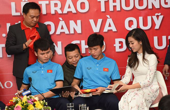 Quang Hải bẽn lẽn khi bị trêu về chiều cao bên Hoa hậu Mỹ Linh - Ảnh 6.