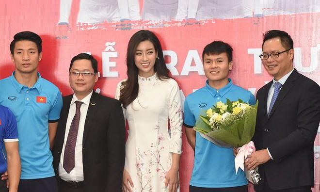 Quang Hải bẽn lẽn khi bị trêu về chiều cao bên Hoa hậu Mỹ Linh - Ảnh 7.