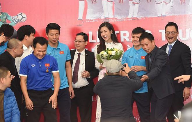 Quang Hải bẽn lẽn khi bị trêu về chiều cao bên Hoa hậu Mỹ Linh - Ảnh 8.