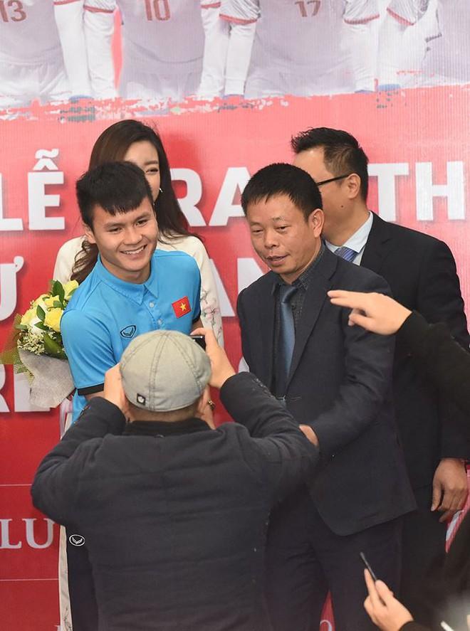 Quang Hải bẽn lẽn khi bị trêu về chiều cao bên Hoa hậu Mỹ Linh - Ảnh 9.
