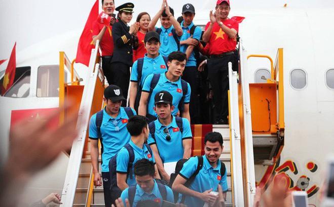 Đội U23 Việt Nam xuống máy bay của Vietjet Air.