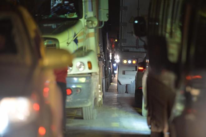 Tắc đường hàng cây số từ Lào Cai lên Sa Pa, tài xế tắt máy nghỉ ngơi giữa đường do không thể di chuyển - Ảnh 1.
