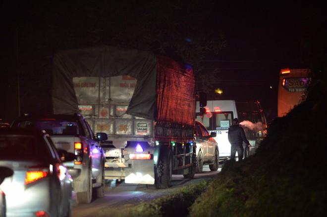 Tắc đường hàng cây số từ Lào Cai lên Sa Pa, tài xế tắt máy nghỉ ngơi giữa đường do không thể di chuyển - Ảnh 6.