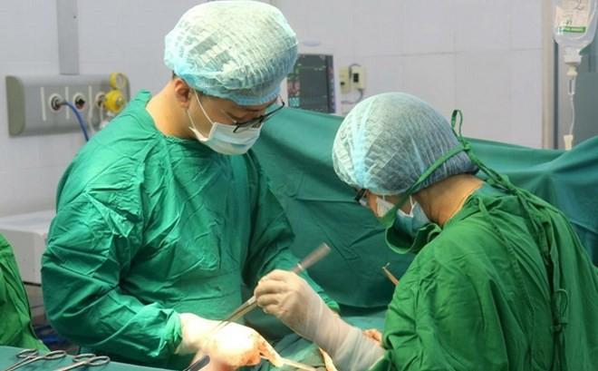 Cắt bỏ khối u nặng khoảng 2,5kg tồn tại hơn 30 năm trên cổ bệnh nhân