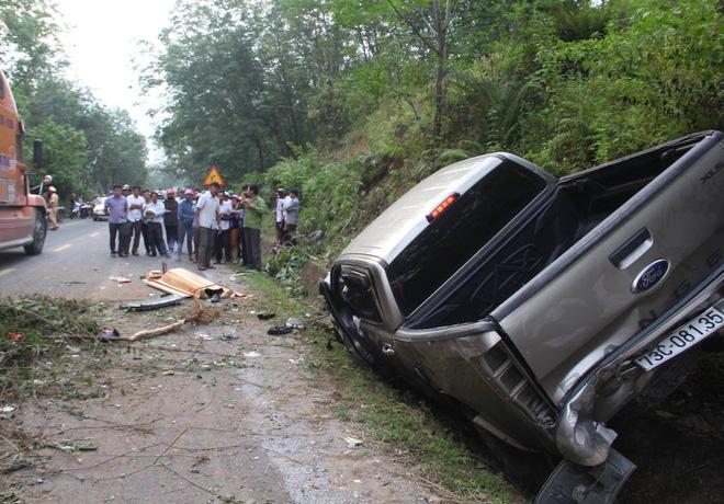Hai cán bộ công an thương vong khi xe bán tải đâm vào vách núi - Ảnh 1.